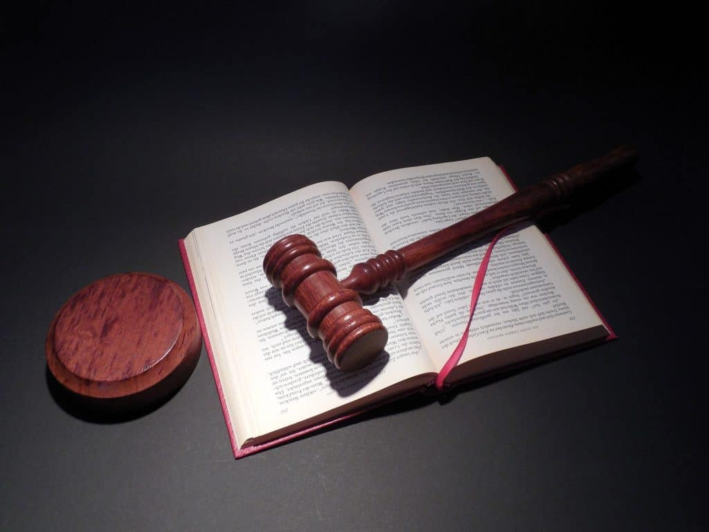 Ein Gesetzbuch und ein Richterhammer